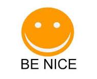 """Bild på en glad figur med text """"be nice"""""""